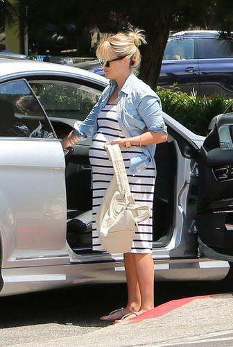 Reese Witherspoon Gets Coffee [August 5, 2012]