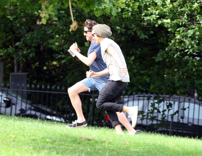 AUG 14TH - HARRY AT A PARK WITH 프렌즈