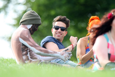 AUG 14TH - HARRY AT A PARK WITH फ्रेंड्स