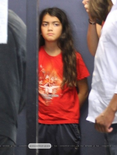 Blanket Jackson wearing MJ's camisa, camiseta NEW August 2012