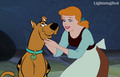 cenicienta plays with Scooby Doo