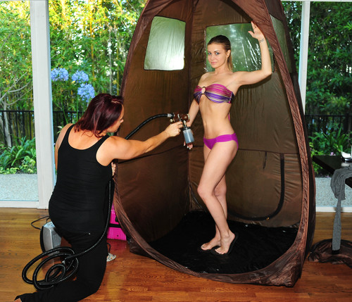 Gets A Spray Tan At The Scedka Colada de praia, praia House [6 August 2012]