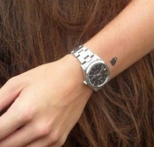 Harry's padlock tattoo done por Ed Sheeran