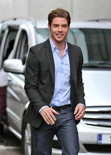 Josh Henderson arriving at 런던 Studios