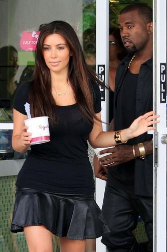 Kim and Kanye getting ফ্রোজেন yogurt at Yogurtland in Hawaii