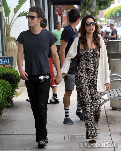 Paul and Torrey Taking a walk on Main đường phố, street in Santa Monica, CA (July 1st, 2012)