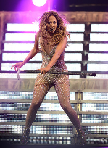 Performs On Stage At Staples Center In Los Angeles [16 August 2012]