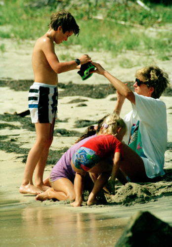 Princess Diana and Prince William on the 바닷가, 비치