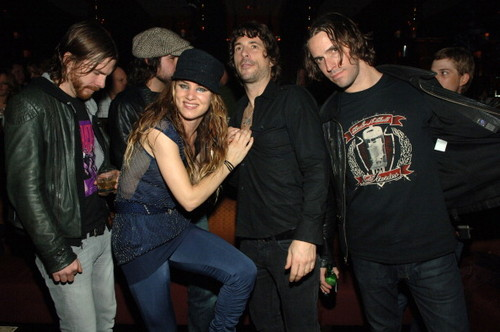 Ronnie having drinks with Juliette and The Licks