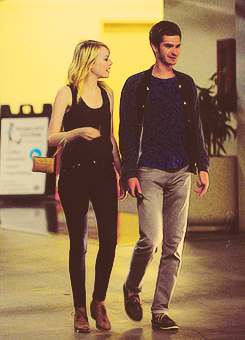 Andrew Гарфилд and Emma Stone Обои possibly with a business suit titled Stonefield
