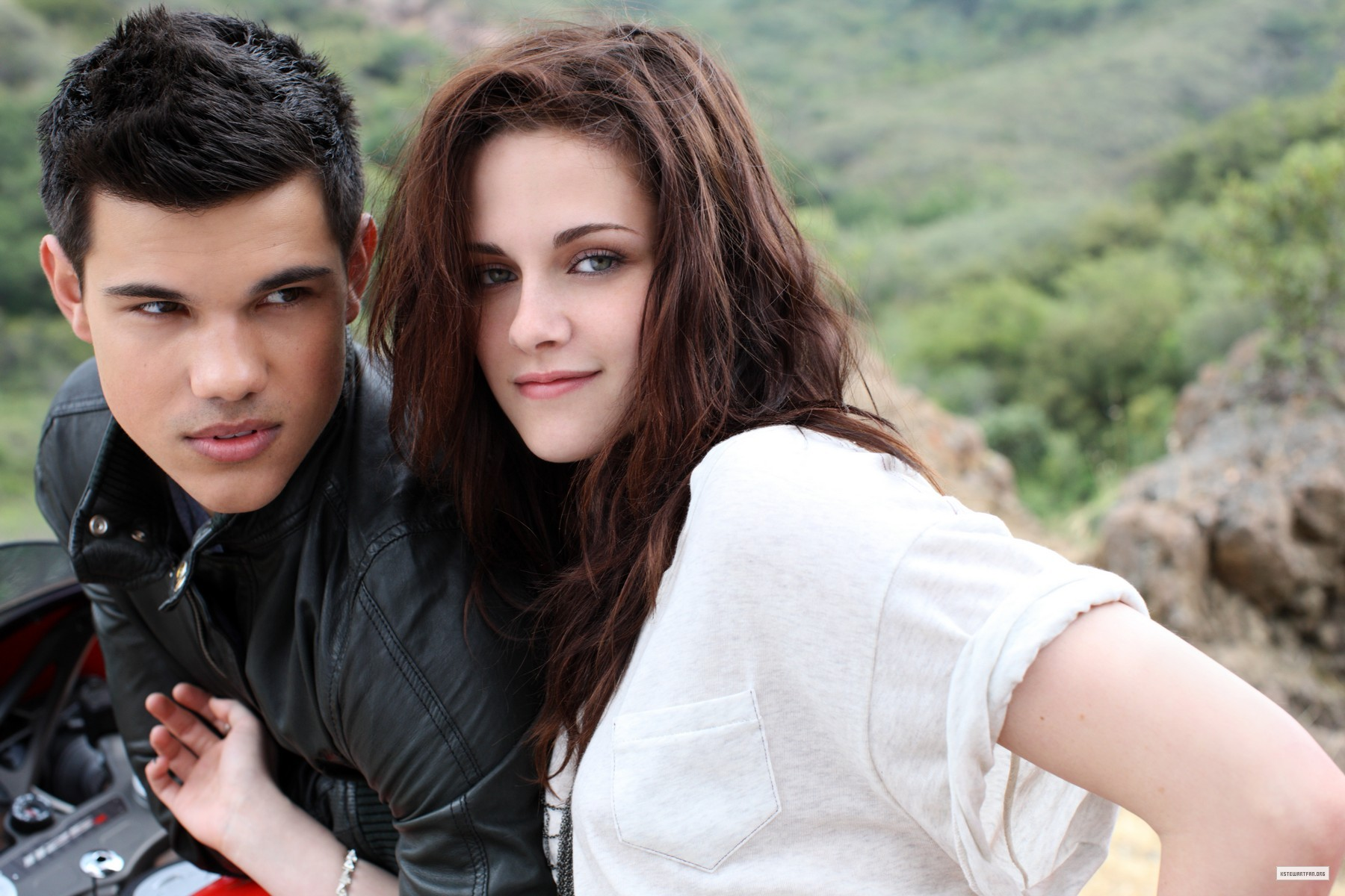 Kristen Stewart And Taylor Lautner Kissing In Real Life Taylor Lautner and Kri...