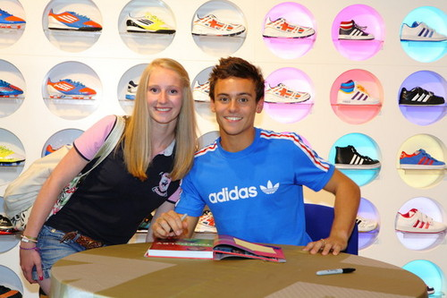 Tom at his book signing in Londra {15/08/12}.