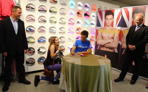 Tom at his book signing in 伦敦 {15/08/12}.