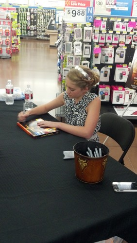 Willow Shields photo signing