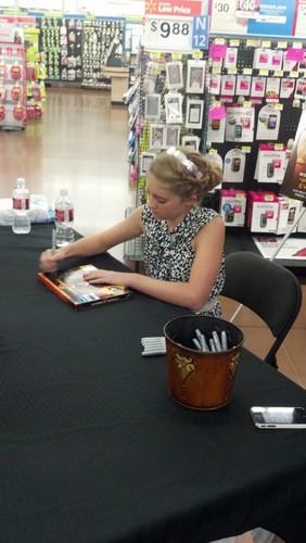 Willow Shields bức ảnh signing