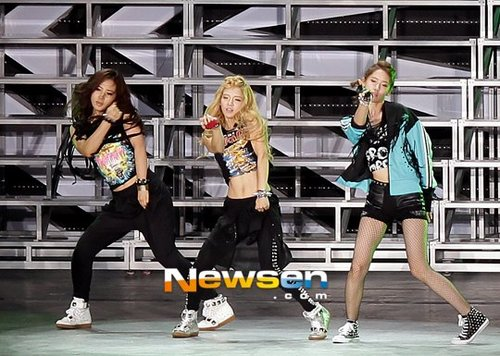 Yoona,Hyoyeon,and Yuri dance break @ SMtown in Seoul