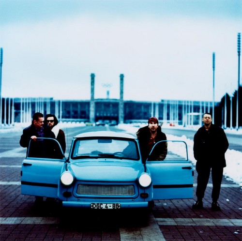 U2 壁紙 possibly with a cab, a street, and a sedan called Zoo TV era