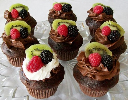 chocolate-kiwi and berries-cupcake
