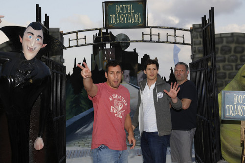 Hotel Transylvania kertas dinding with a jalan and a sign called ☆ Hotel Transylvania cast pics ★