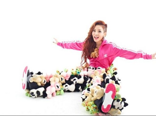 DARA 2NE1 fondo de pantalla possibly containing a bouquet and an outerwear called 2ne1 fault magazine dara