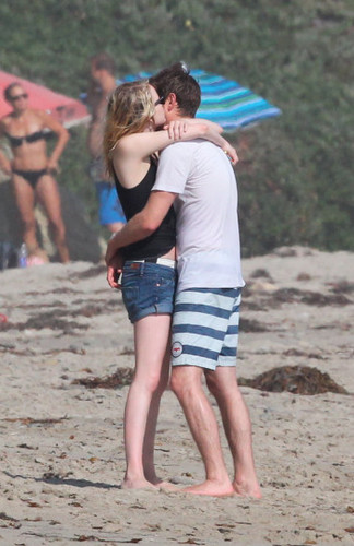 Andrew & Emma kissing on the beach, pwani