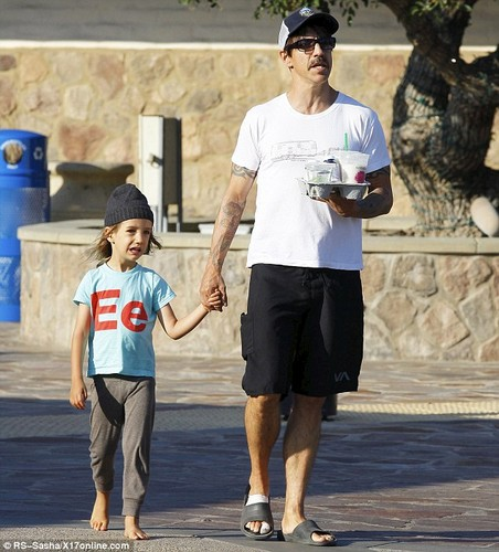 Anthony Kiedis takes son Everly beruang for a ride [ August 20 ]