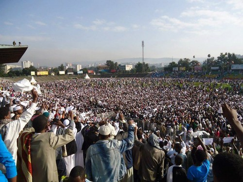 MUSLIMS karatasi la kupamba ukuta with a business district and a tamasha entitled Eid prayers from all over the world