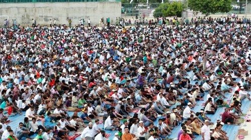 MUSLIMS 壁紙 probably containing a 読書 room called Eid prayers from all over the world