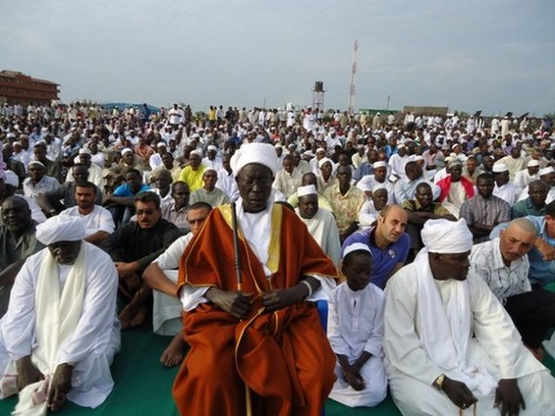 MUSLIMS 壁紙 possibly containing a 陣羽織, 玄関, タバード called Eid prayers from all over the world