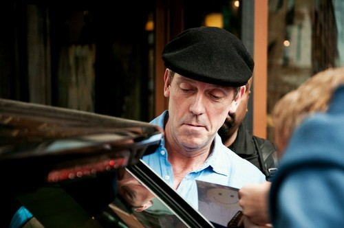 Hugh Laurie signing autographs in Minsk 22.06.2012