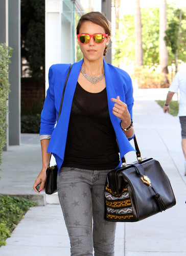 Jessica Alba Lunches At The Veggie Grill [August 16, 2012]
