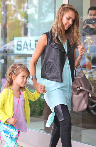 Jessica Alba Takes Her Girls to ناشتا, برونکہ [August 24, 2012]