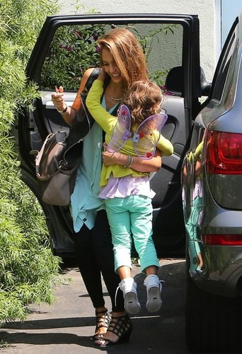 Jessica Alba Takes Her Girls to поздний завтрак, бранч [August 24, 2012]