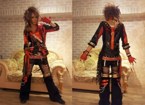 Royz achtergrond with a surcoat and a hip boot called Kazuki
