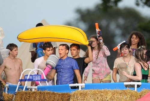 one direction fondo de pantalla titled Live While We're Young