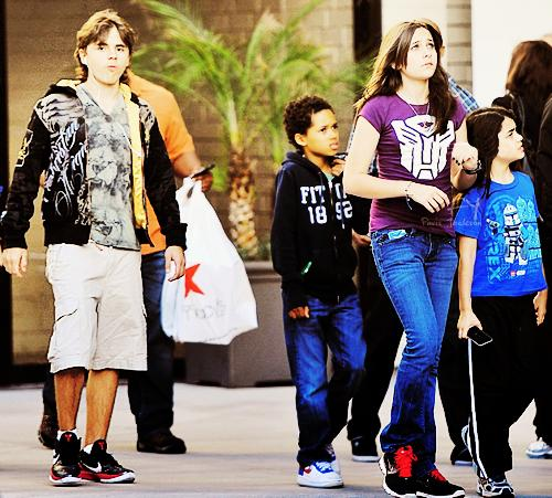 Prince Jackson, Michael Blanks, Paris Jackson and Blanket Jackson ♥♥