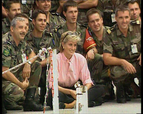 princesa diana fondo de pantalla containing a green beret, fatigas, se fatiga, uniforme de fatiga, uniforme de campaña, and vestido de batalla called Princess Diana in Bosnia, 1997