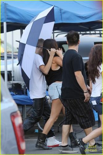 Selena visits Justin