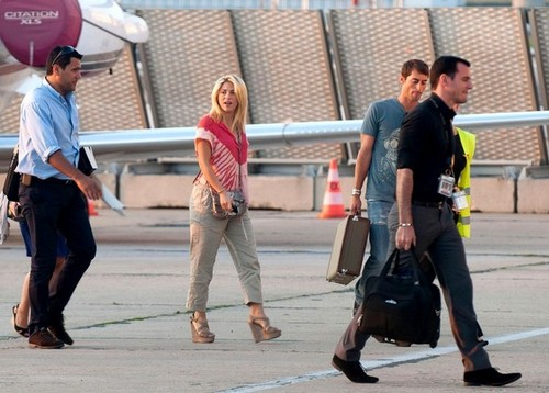 Shakira Lands at Le Bourget Airport [August 12, 2012]
