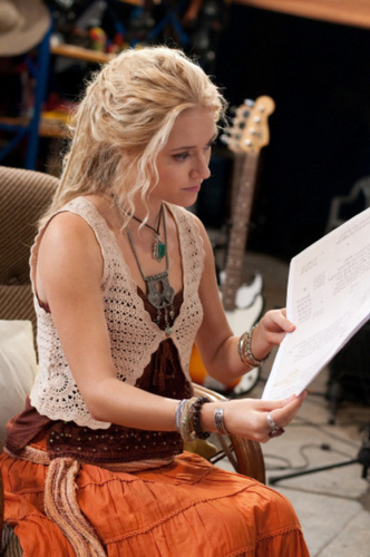 Georgina Haig achtergrond with a sign entitled The olifant Princess Episodic Stills