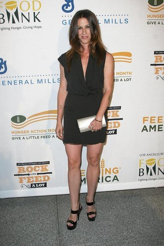 Alanis at Rock A Little Feed A Lot Benefit کنسرٹ ( Los Angeles, CA -2009)