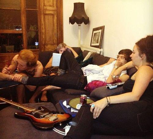 Harry getting his ankle tattooed sa pamamagitan ng Tom Atkin today!