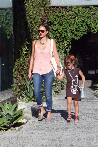 Jessica Alba Takes Honor to the Salon [August 31, 2012]