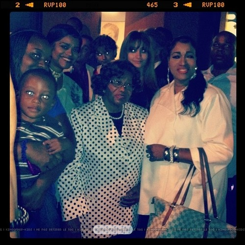 Katherine Jackson and her granddaughter Paris Jackson with mashabiki in Gary, Indiana ♥♥
