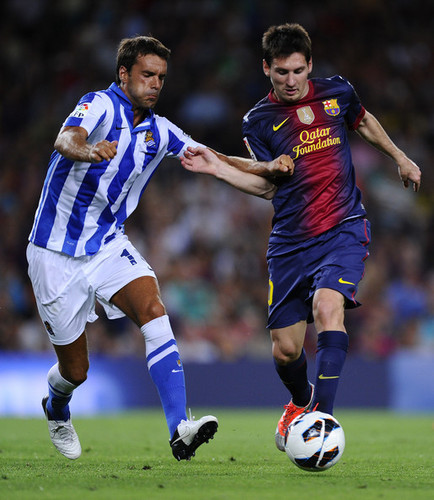 Lionel Andres Messi karatasi la kupamba ukuta possibly with a fullback, a soccer player, and a running back entitled Lionel Messi: FC Barcelona (5) v Real Sociedad (1)