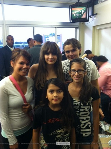 Paris Jackson, Blanket Jackson and Prince Jackson with fans in Gary, Indiana ♥♥