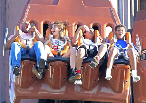 Paris Jackson and her cousins Johnathan and James at Six Flags in illinois ♥♥