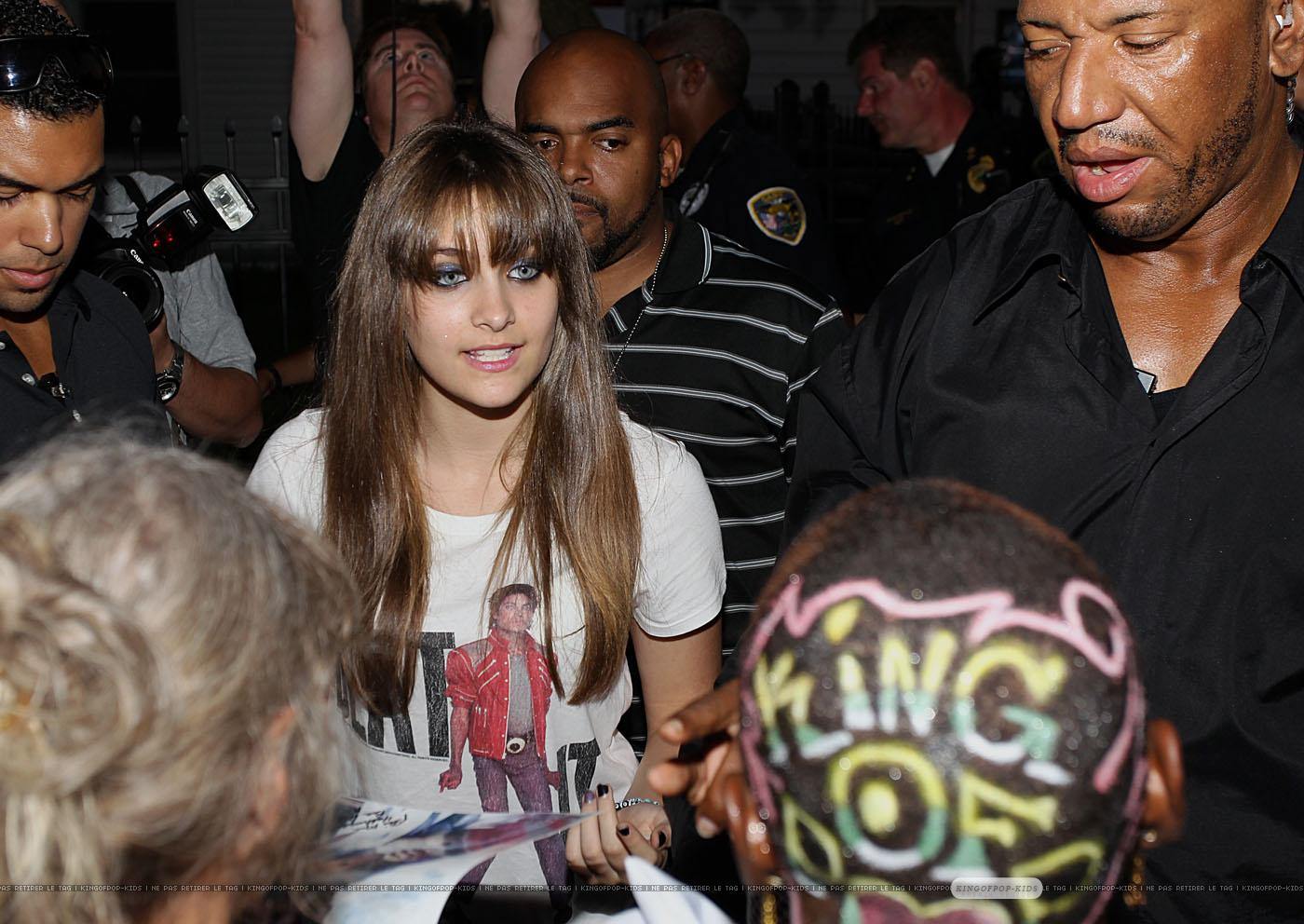 Paris jackson with the fans in gary indiana paris for Jackson 5 mural gary indiana