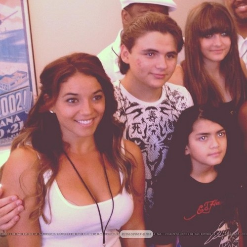 Prince Jackson, Blanket Jackson and Paris Jackson with a प्रशंसक in Gary, Indiana ♥♥