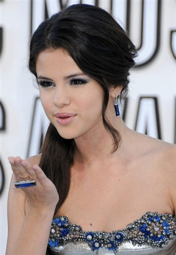 Selena Gomez wallpaper possibly with a portrait called sel blowing kisses xxx